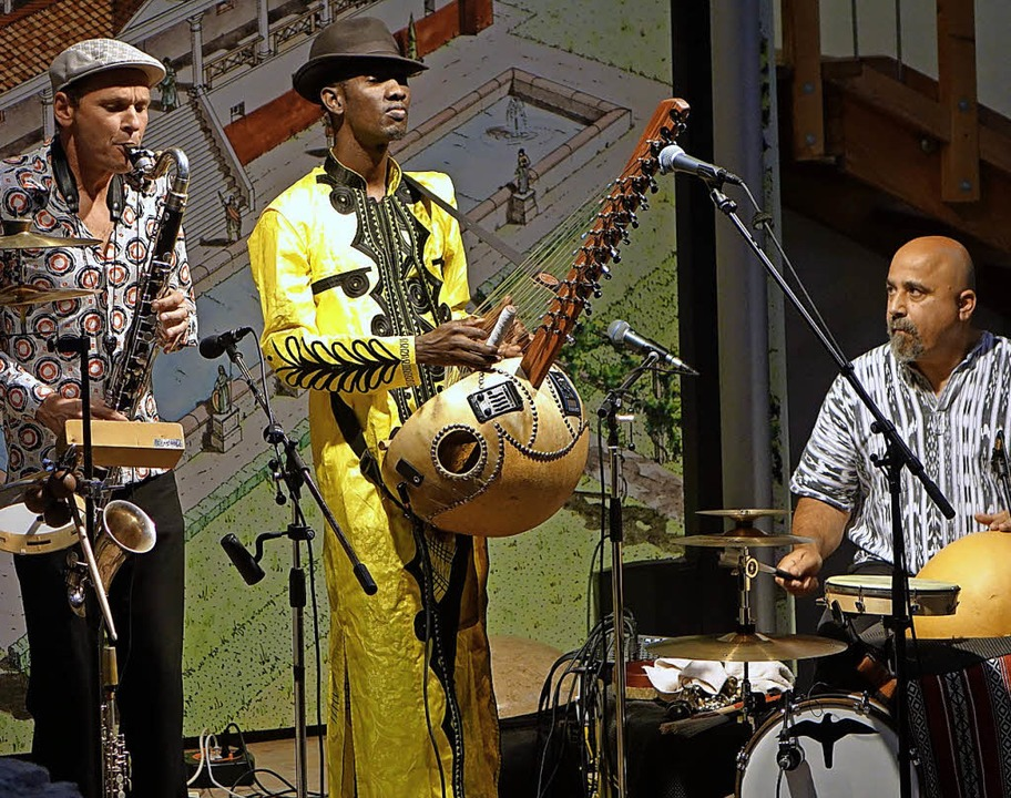 Mitreißende Weltmusik  brachten Jan Ga...ho und Omri Hason in die  Römervilla.   | Foto: Roswitha Frey
