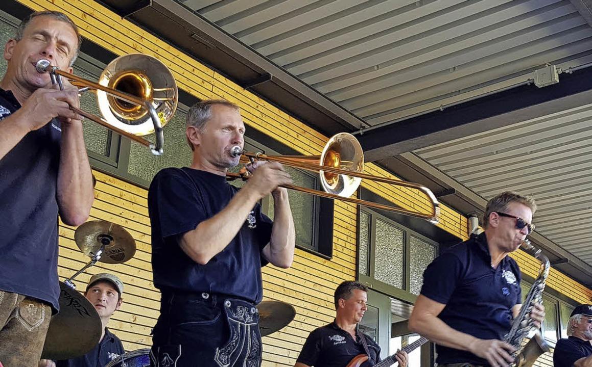 Rast in den Reben, an Weinhaus oder Wi...gab es Musik von der Chio Maico Band.   | Foto: Steckmeister