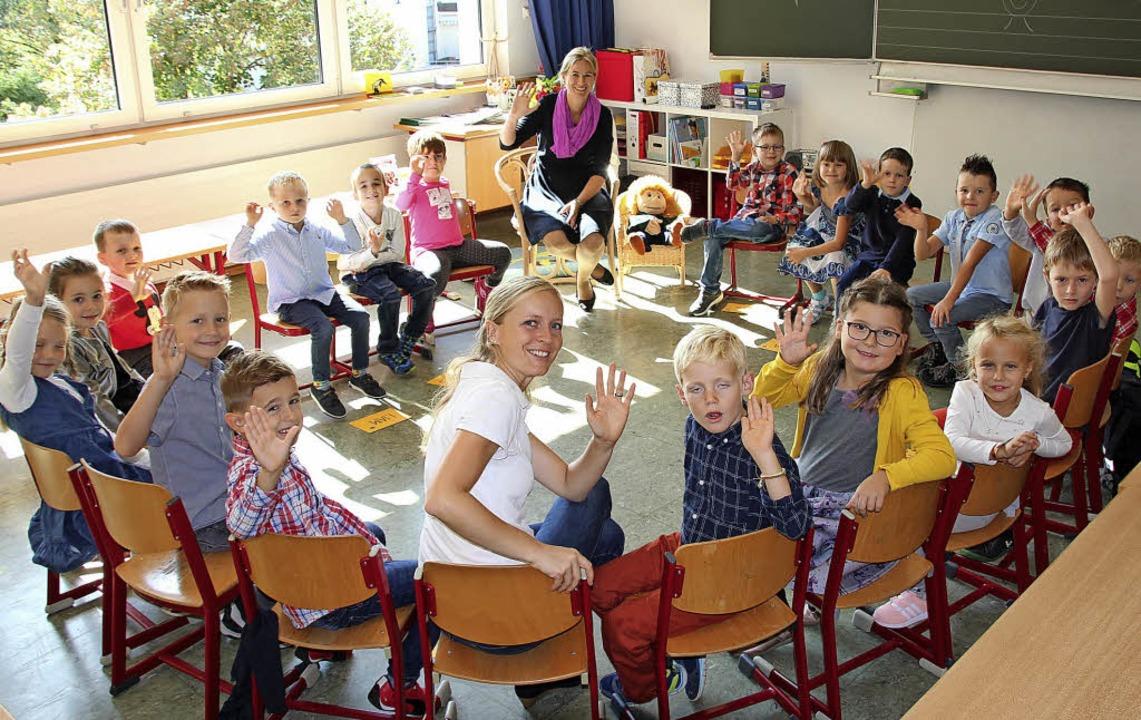 Winke, winke: Die Schüler der 1b der G...inten) und Mathelehrerin Carolin Weber  | Foto: Mario Schöneberg