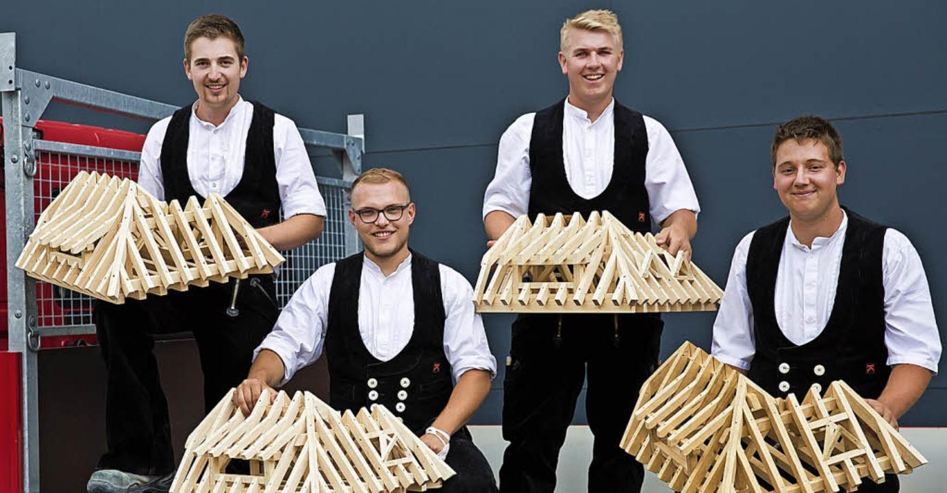 Die frisch gebackenen  Zimmerergeselle...meier, Björn Braun und Michael Sprich     Foto: Holzbau Bruno Kaiser