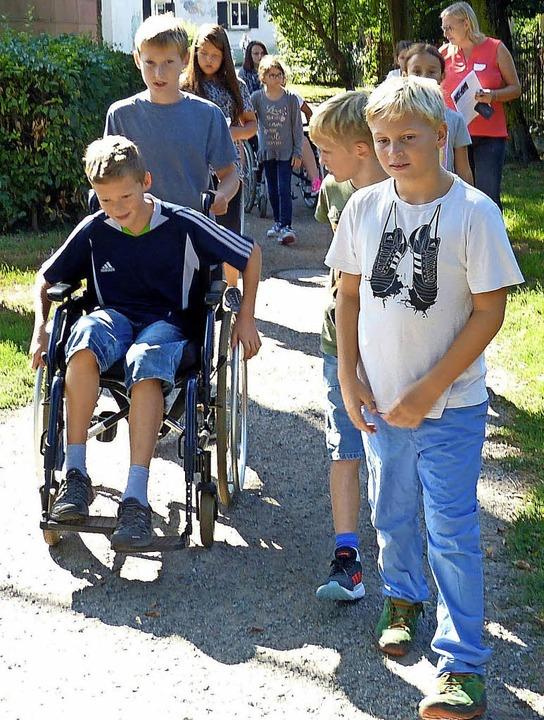 Die jungen Barriere-Kundschafter erfor...en als Rollstuhlfahrer zurecht kommt.   | Foto: Bremer