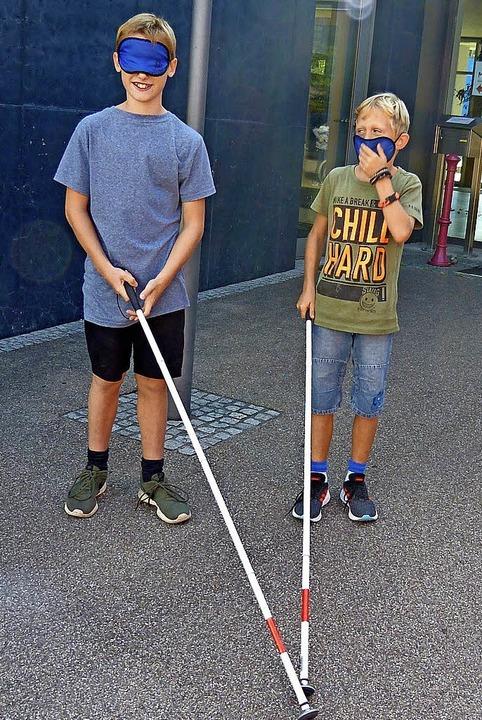 Mit Blindenstock und Augenbinde unterwegs  | Foto: Susanne Bremer