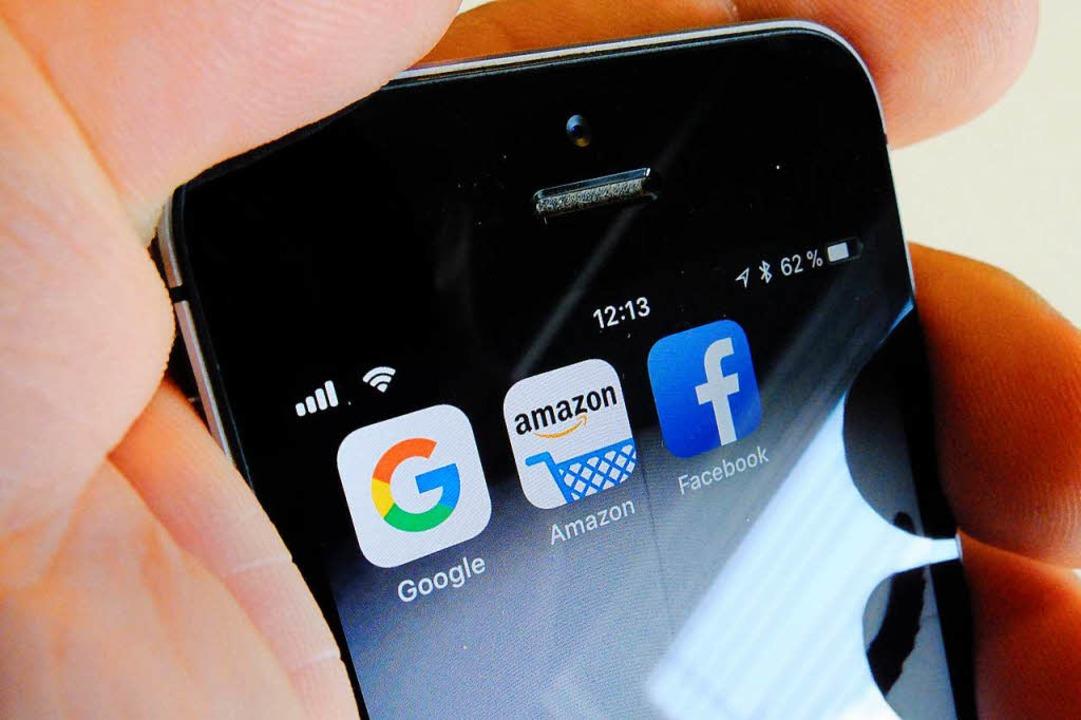 Diese Firmen sollen zahlen: Google, Amazon, Facebook und auch Apple.  | Foto: dpa