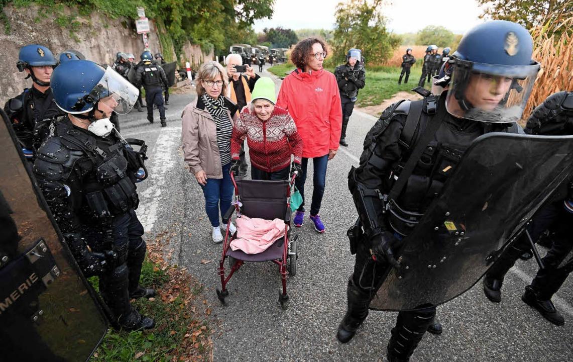 Bei Kolbsheim im Elsass mussten die Demonstranten am Montag endgültig weichen.   | Foto: AFP
