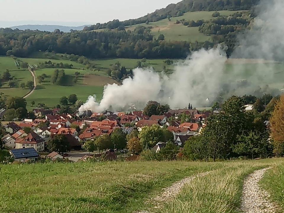 Der Rauch war weithin sichtbar.  | Foto: Stefan Wetzel