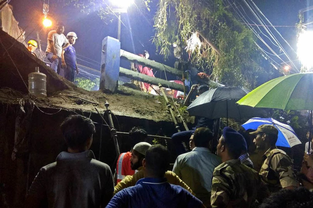 Immer wieder kommt es in Indien zu dramatischen Unglücken. (Archivbild)    Foto: dpa