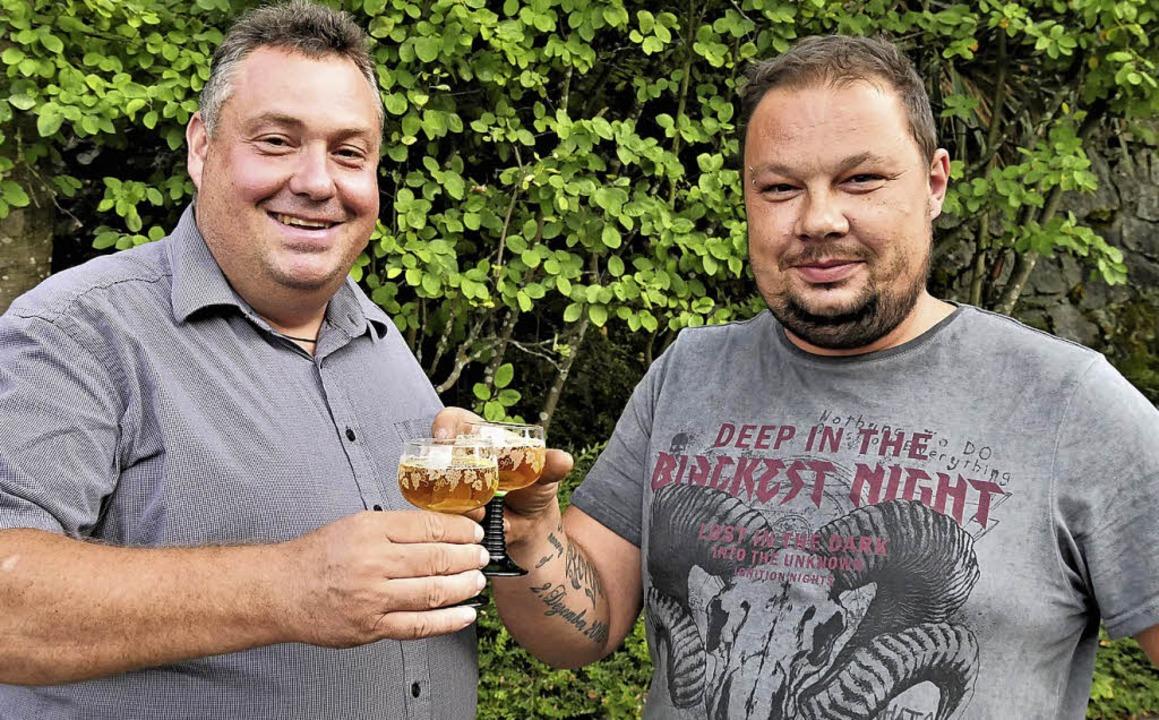 Michael Sutter (links) und Tobias Berl...eits vorab  auf das 25. Suserfest an.     Foto: Jörn Kerckhoff