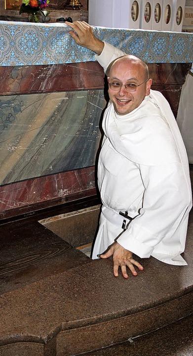 Spannender Augenblick: Pater David ste... Wallfahrtskirche hinab in die Krypta.  | Foto: Andreas Böhm