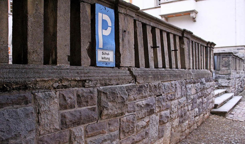Durch die Ablösung einer der Schalen w...e Bräunlinger Schulmauer noch im Mai.   | Foto: Guy Simon