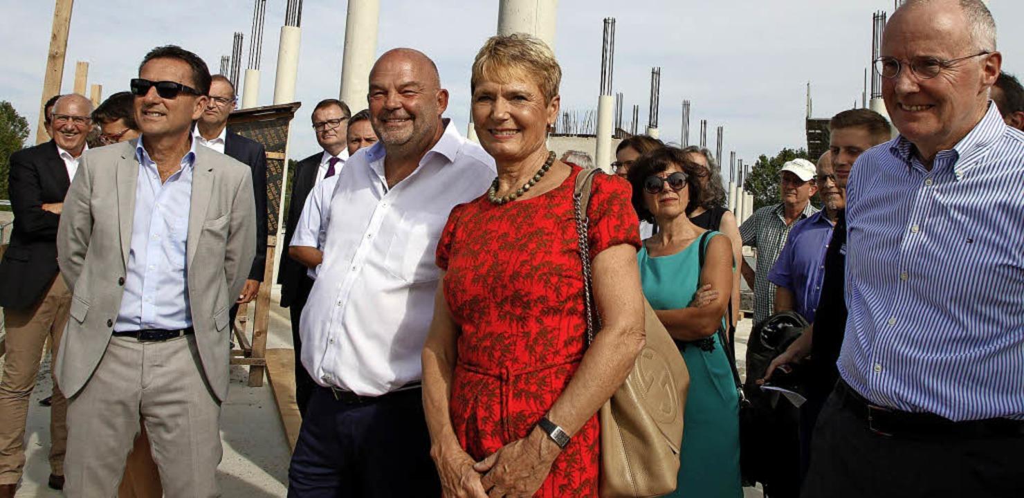 Staatssekretärin Friedlinde Gurr-Hirsc...bauprojekts Christoph Jopen (rechts).   | Foto: Heidi Fössel