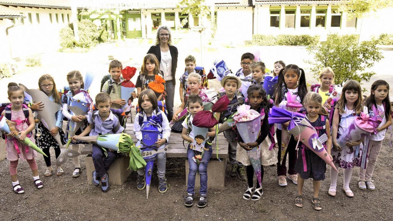20 Erstklässler wurden gestern an der ...nde das Aufstellen für ein Klassenfoto    Foto: Markus Zimmermann