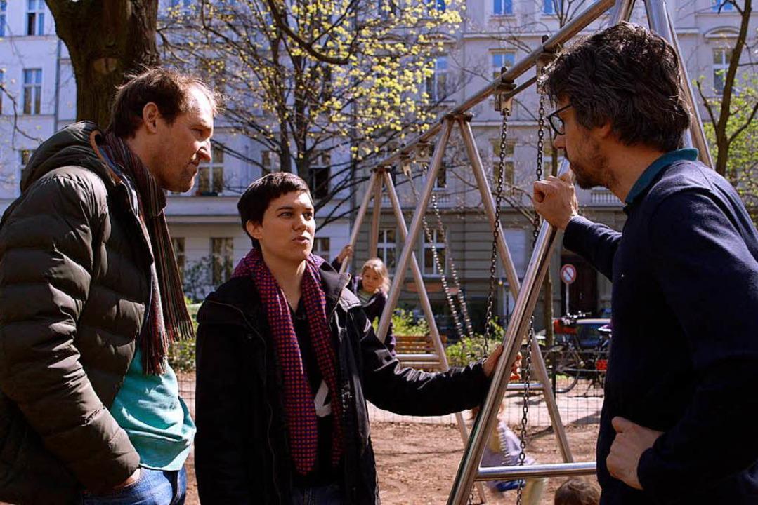 Regisseur David Sieveking (rechts) bei der Impf-Recherche auf einem Spielplatz  | Foto: dpa
