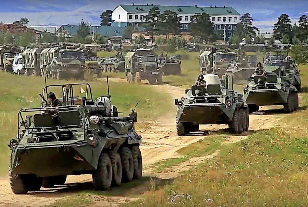 Das vom russischen Verteidigungsminist...ete Foto zeigt russische Panzerwagen.   | Foto: DPA