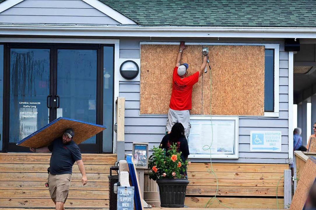 Bürger bereiten sich auf den Hurrikan vor.  | Foto: dpa