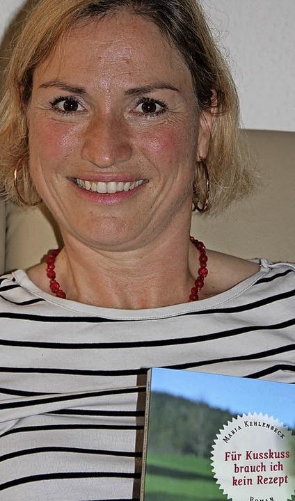 Die Lehrerin Maria Kehlenbeck mit ihrem neuesten Roman   | Foto: Sabine Model