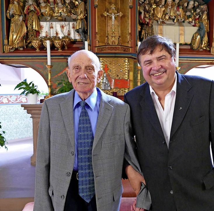 Der Mesner  und sein   siebter Pfarrer...etz am Altar  der Heilig-Geist-Kirche   | Foto:  Peter Meister