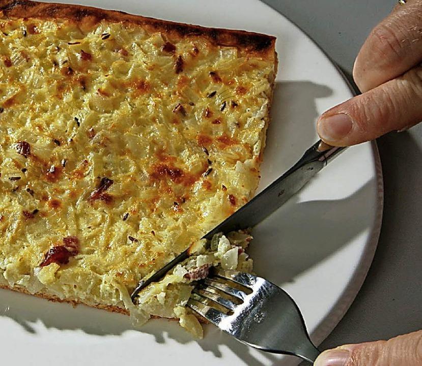 Hmmmm, lecker! Im Gummenwald serviert die Narrengilde am Sonntag Zwiebelkuchen.   | Foto: dpa