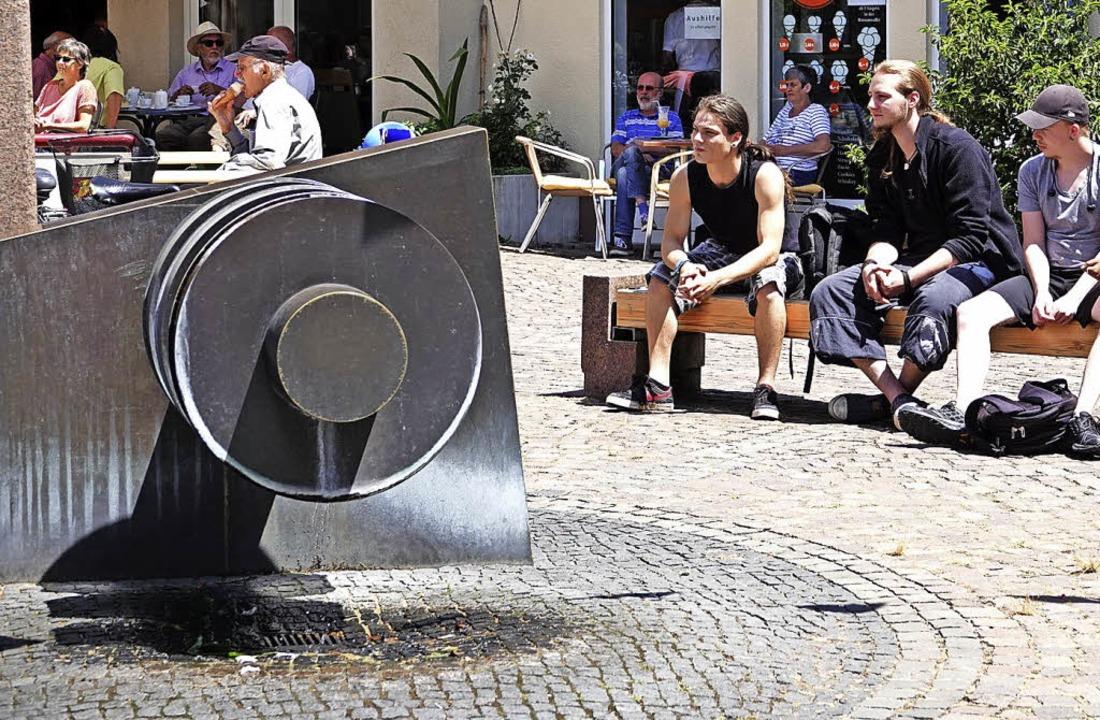 Die SPD-Fraktion fordert eine deutlich...eit am Brunnen auf dem Cornimontplatz.  | Foto: Hans-Jürgen Hege