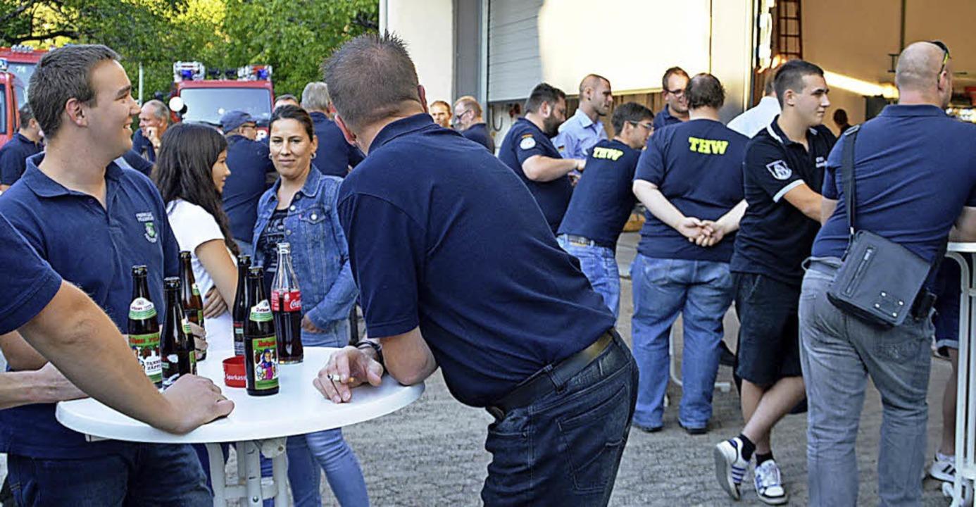 In lockerer Runde trafen sich die Eins...m Helferfest im Feuerwehrhaus Hausen.     Foto: Edgar Steinfelder