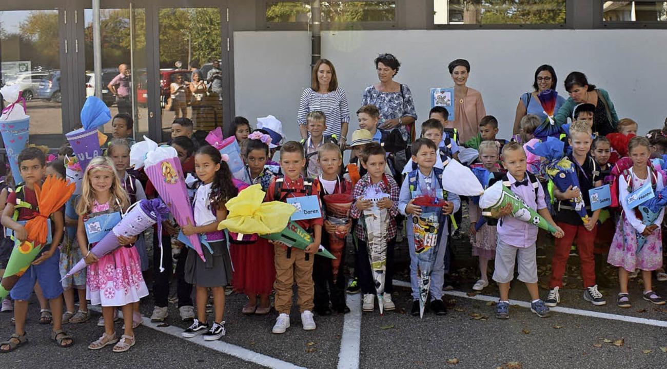 Stolz präsentierten 60 frisch gebacken... Klassenlehrern in ihre Klassenzimmer.  | Foto: Cecile Buchholz