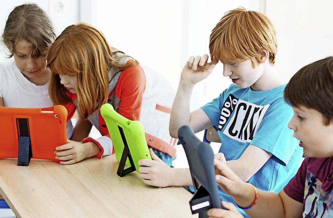 Schülerinnen und Schüler der ersten bi...-AG, zum Beispiel beim Filmschneiden.   | Foto: Schule