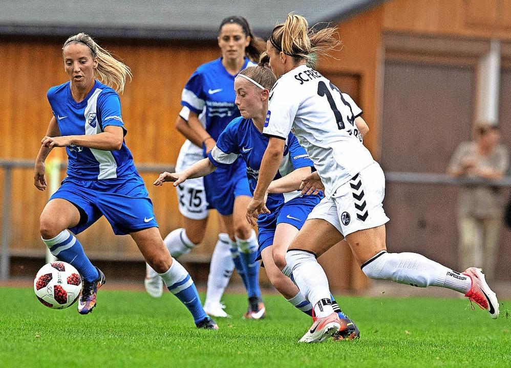 Lehrstunde im Spiel des Jahres: Drei T...rin Sandra Starke vom Ball zu trennen.  | Foto: Wolfgang Scheu