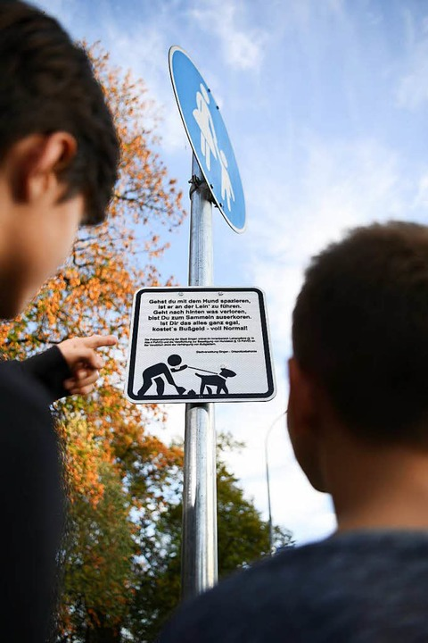 Lyrik soll Hundebesitzer dazu bewegen, den Kot ihrer Tiere einzusammeln.  | Foto: dpa