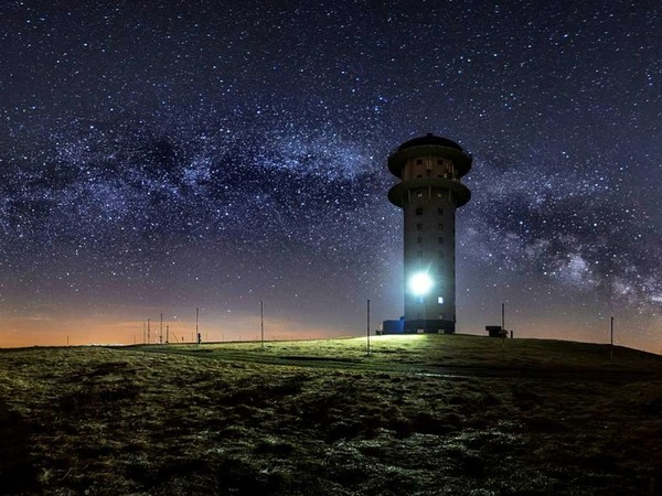 Milchstraßenbogen über dem Feldbergturm