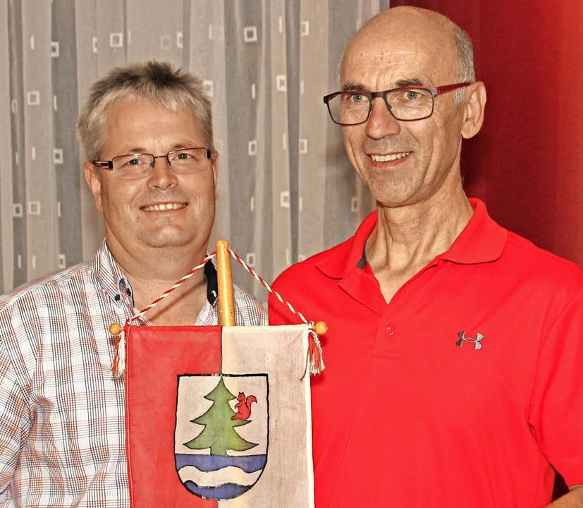Egon Hirt (rechts) ist für ein Jahr Vo...ellvertreter Andreas Heizmann (links).  | Foto: Eva Korinth
