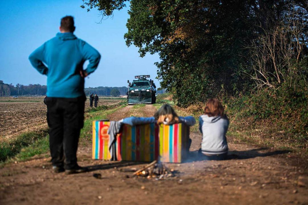 Umweltaktivisten wollen per Sitzblockade die Räumung verhindern.  | Foto: dpa