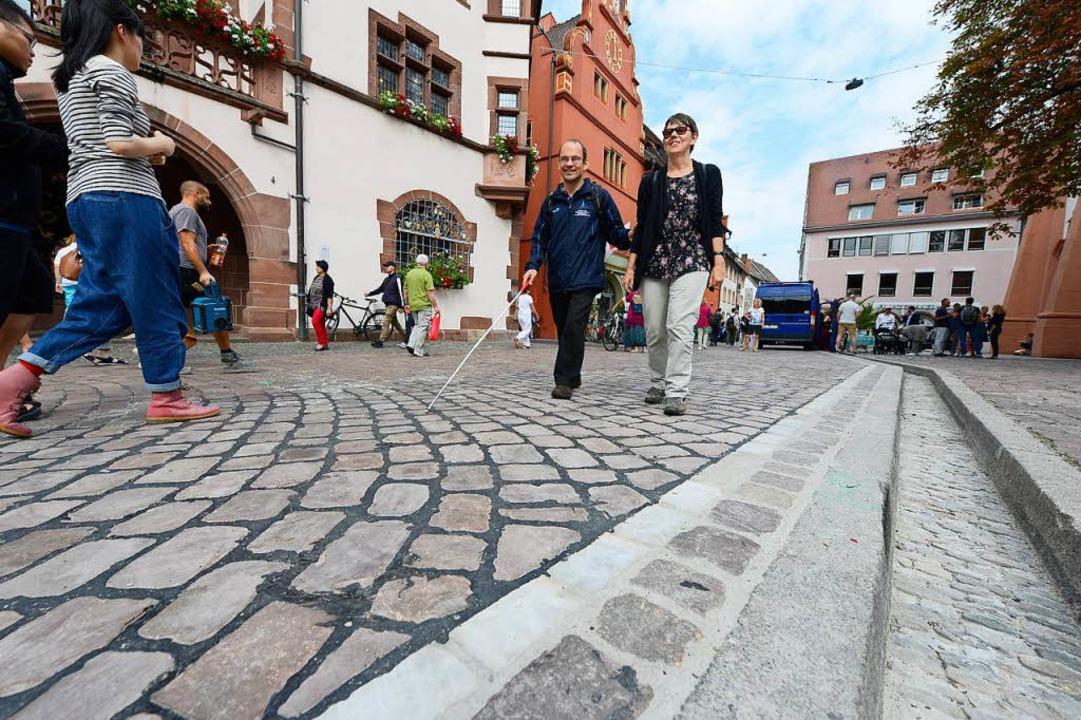 Mischa Knebel und Daniela Schmid testen den neuen Belag am Rathausplatz.    Foto: Ingo Schneider