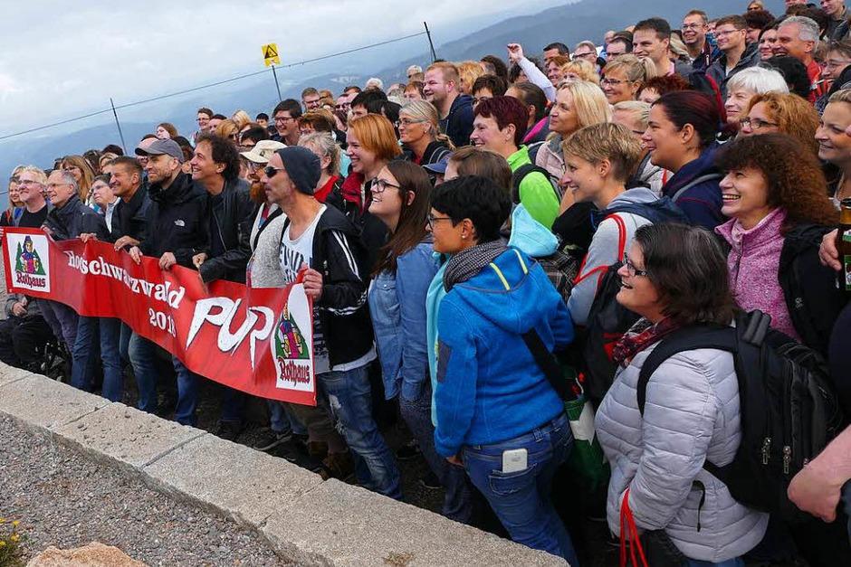 Gruppenbild mit Band am Fuße des Bismarckdenkmals auf dem Feldberg (Foto: Peter Disch)