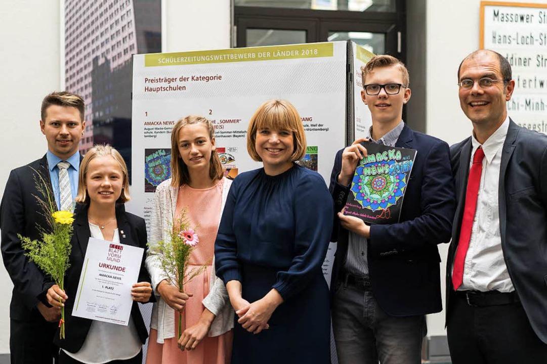 Lilly Müller,  Jana Heizmann sowie Sim...gemeine Zeitung (Mitte), gratulierten.  | Foto: Jugendpresse Deutschland/Annkath