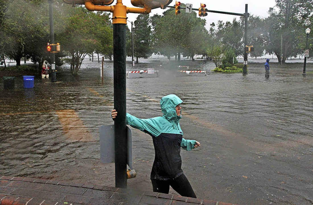 Eine Frau bringt sich North Carolina in Sicherheit.     Foto: dpa