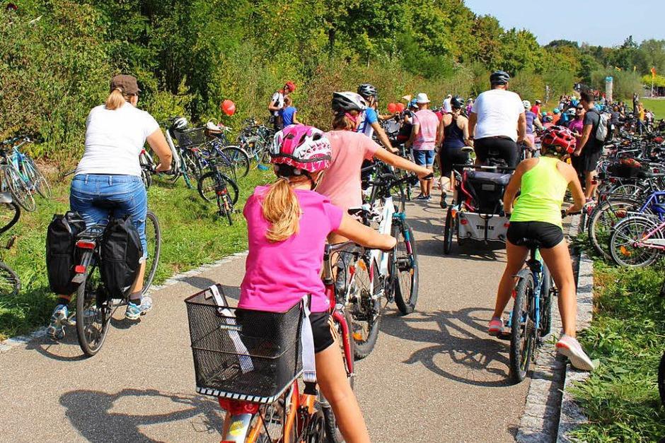 """Die Nostalgie-Initiative """"fast and retro"""" und die Tourist-Info Rheinfelden haben für eine kurzweilige Rast der Slow-up-Teilnehmer an der Strecke gesorgt. Der Andrang war groß. (Foto: Anja Bertsch)"""