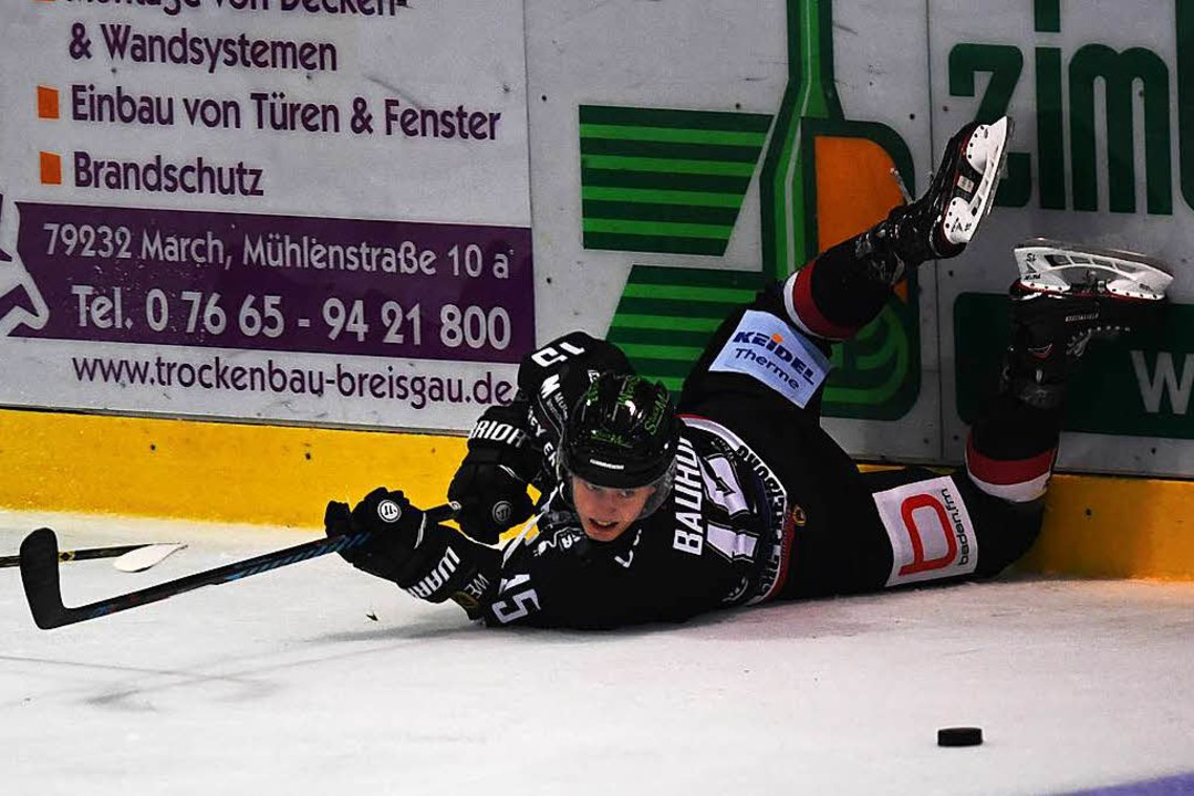 EHC-Neuzugang Christian Bauhof versucht, am Boden die Scheibe zu spielen.    Foto: Patrick Seeger