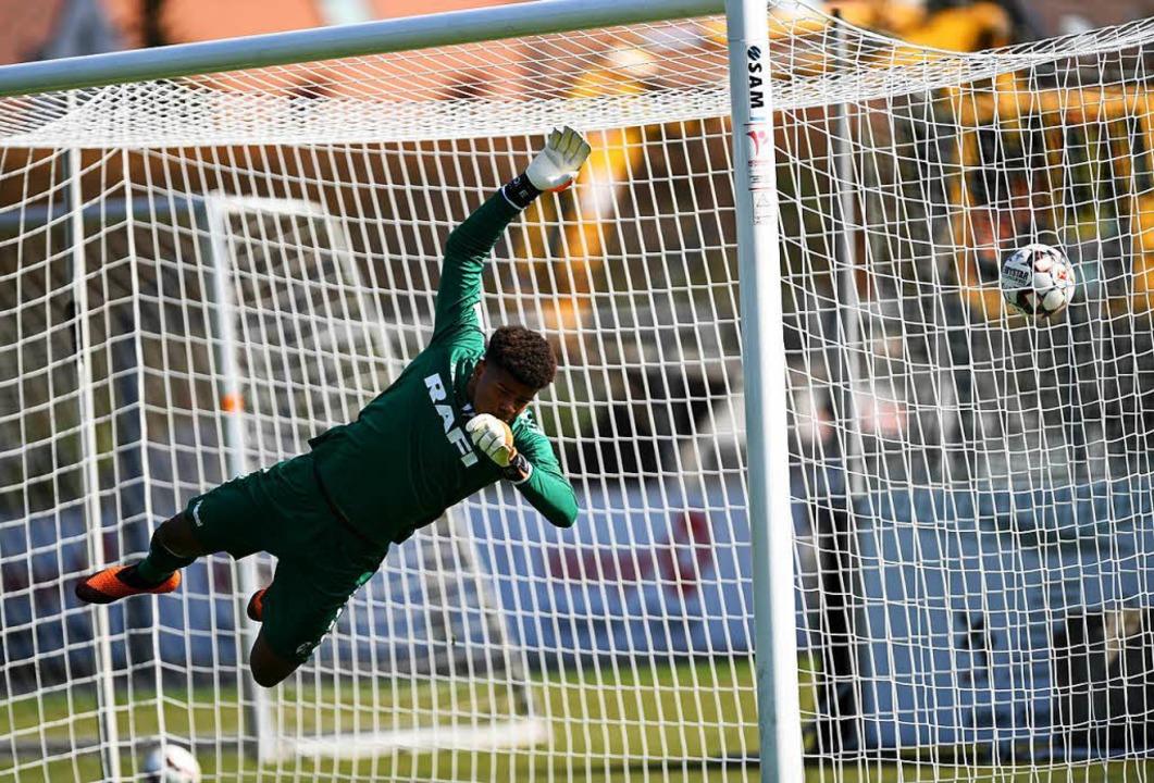 SC-Keeper Noah Atubolu kassiert das 0:2.  | Foto: Patrick Seeger