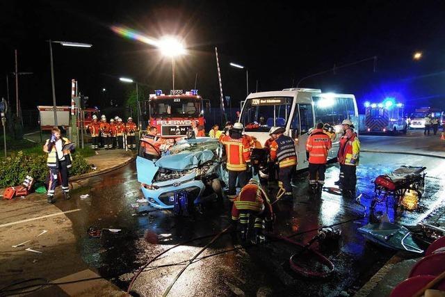 Auto kollidiert mit Linienbus – ein Schwerverletzter in Laufenburg