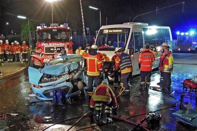 Auto kollidiert mit Linienbus - ein Schwerverletzter in Laufenburg