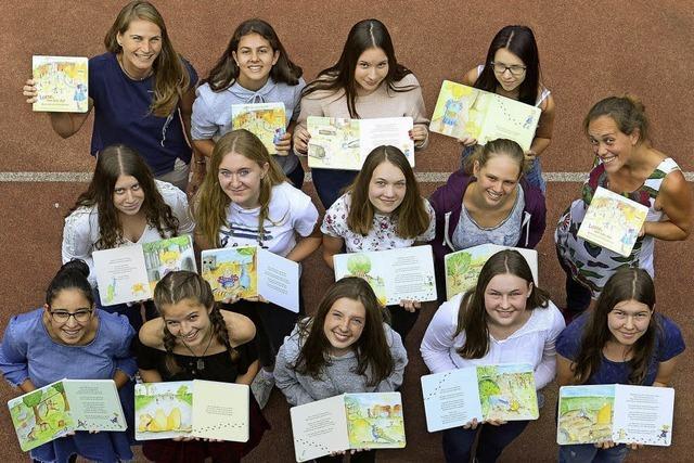 Schülerinnen und Lehrerinnen des Droste-Hülshoff-Gymnasiums stellen ein Kinderbuch mit ihren Illustrationen über den Mundenhof vor