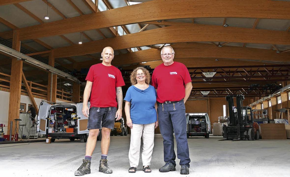 Mika, Silke und Alexander Jägle in der...rkshalle im Gewerbegebiet Dreschschopf  | Foto: Ulrike Derndinger