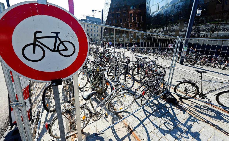 Zumal die auf den Gleisen vor der Unibibliothek in wenigen Tagen wegfallen.  | Foto: Ingo Schneider