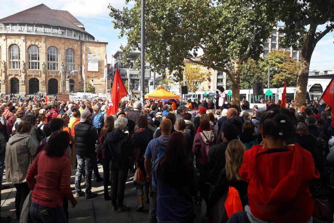 Mehr als 1000 Menschen verfolgten die ...ebung auf dem Platz der Alten Synagoge | Foto: Fabian Vögtle