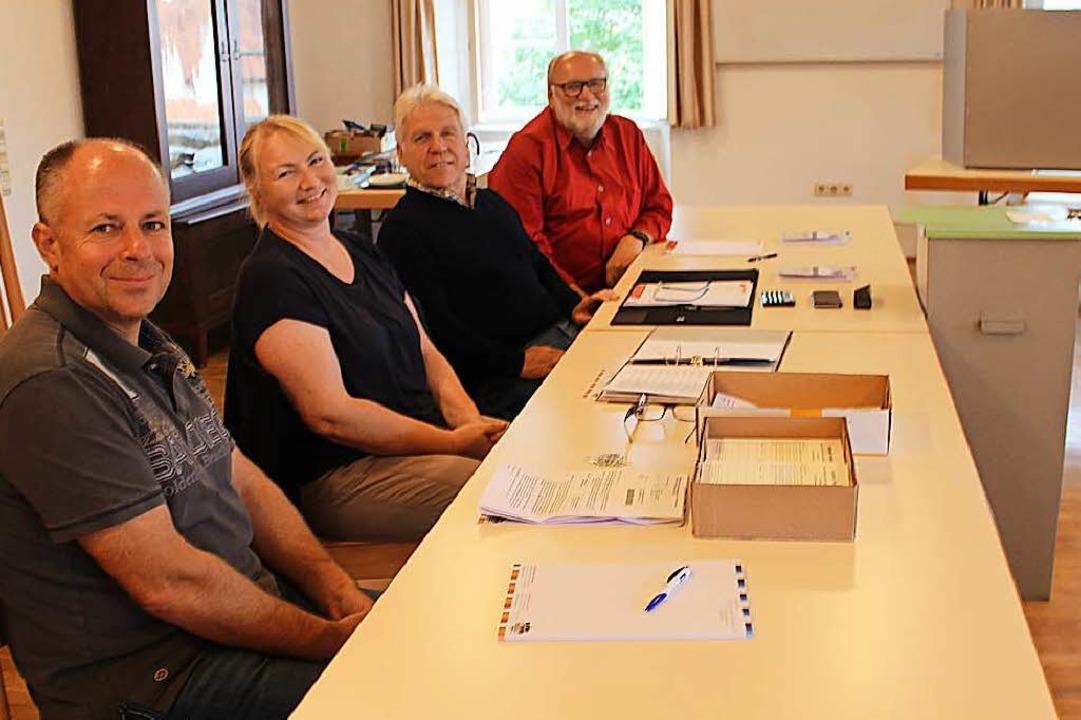 Klaus Schelb, Annette Iselin, Peter Go... Stimme zur Bürgermeisterwahl abgeben.  | Foto: Victoria Langelott