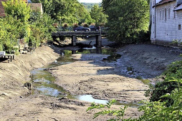 Aufräumen entlang des Flusslaufs