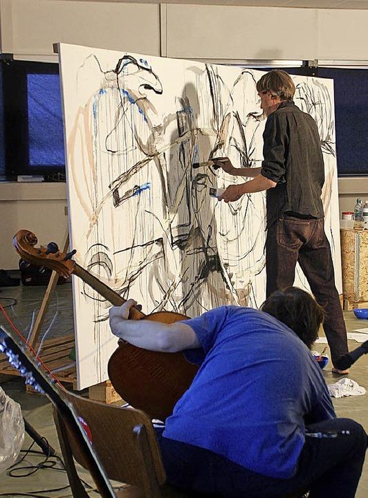 Robin Thiodet reagiert an der Leinwand... Klänge von Musiker Karsten Hochapfel.  | Foto: Erika Sieberts
