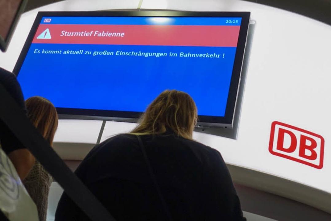 Im Bahnverkehr gab es Einschränkungen ...en herrlichen fränkischen Tippfehler).  | Foto: dpa