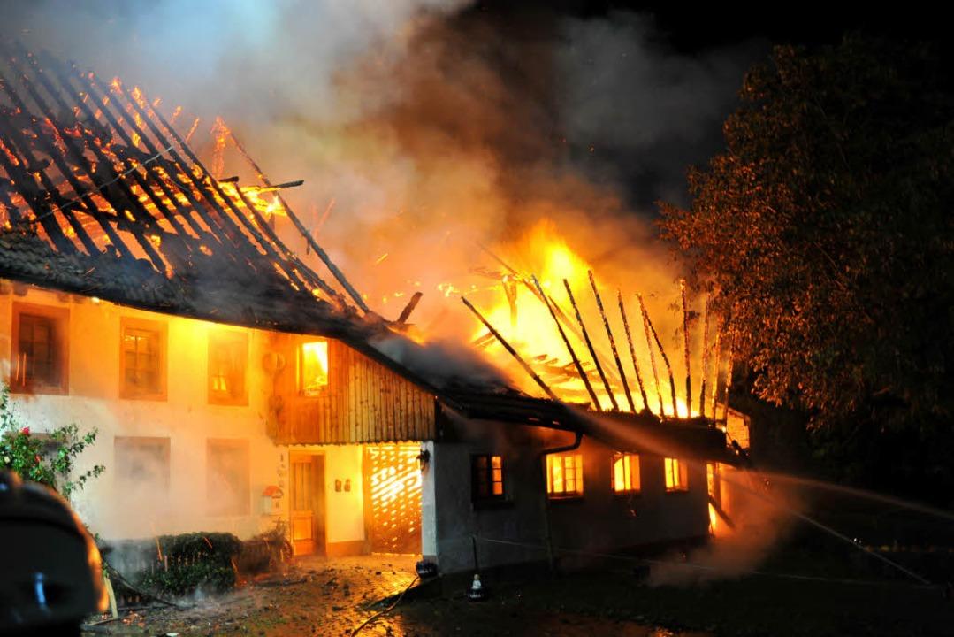 Am Montag kurz vor Mitternacht vernich...Stoffelhof in Simonswald am Unterberg.  | Foto: Horst Dauenhauer