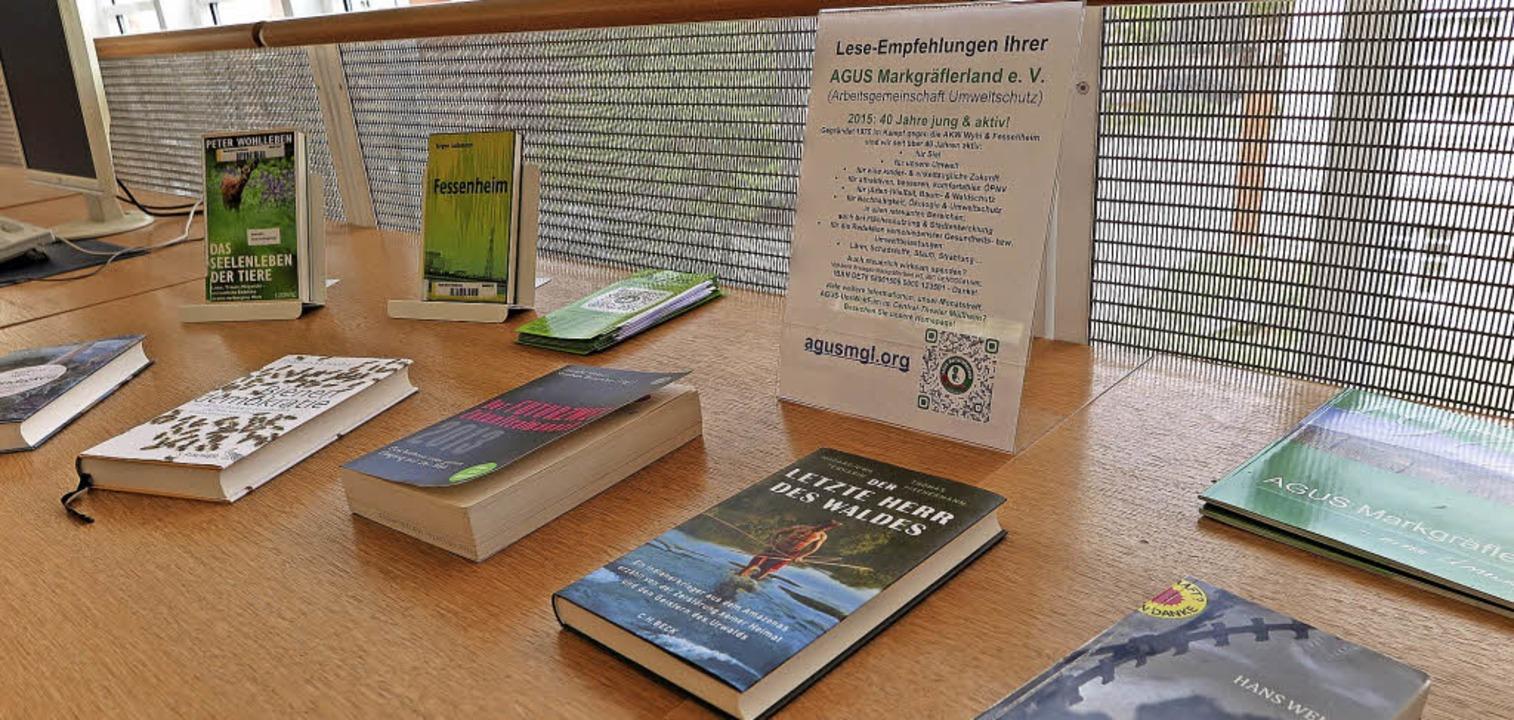 Die AGUS ist auch in der Umweltbildung...n Tisch mit Literatur zu Umweltthemen.    Foto: Dorothee Philipp