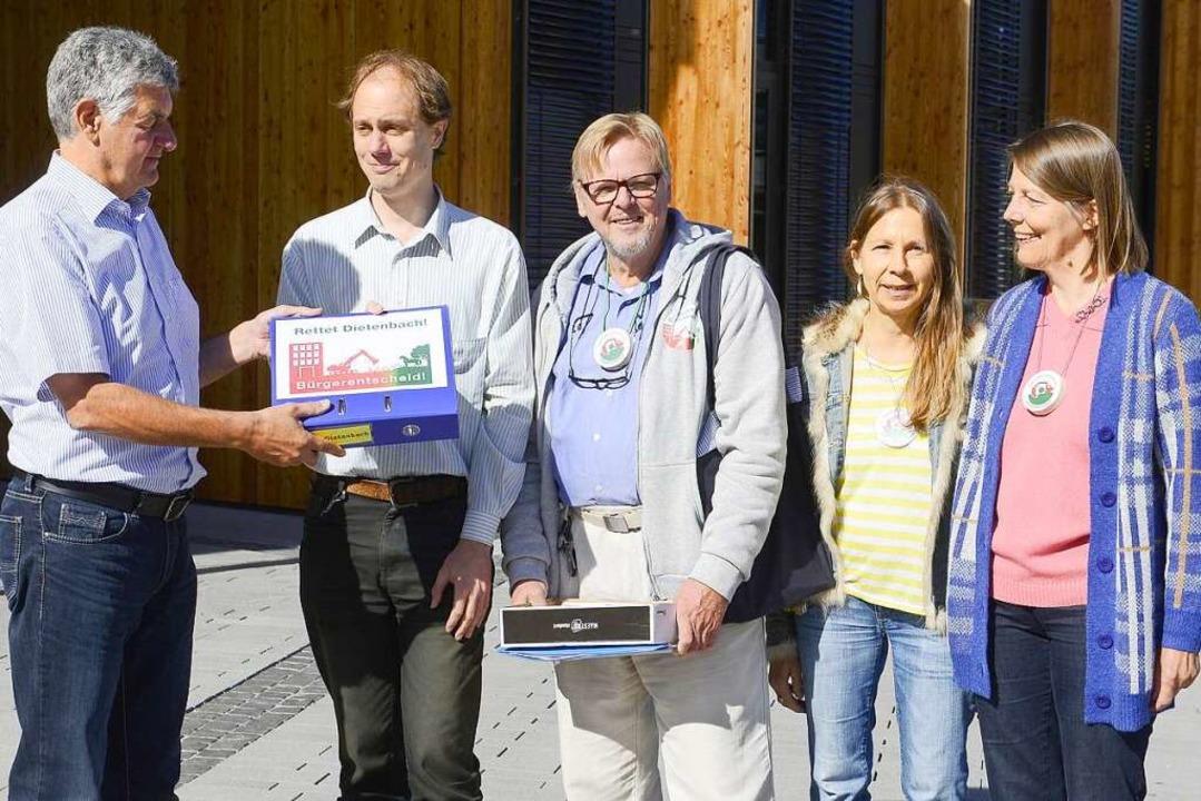 """Die Bürgerinitiative """"Aktion Bür...illmann vom Wahlamt (links) übergeben.    Foto: Ingo Schneider"""